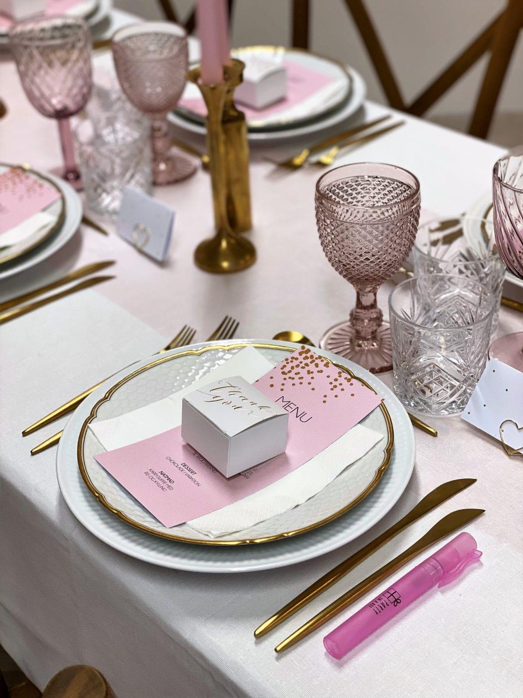 lyserød borddækning