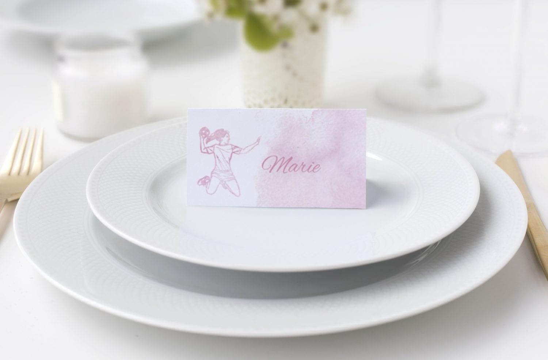 Bordkort på bord med tallerken og bestik